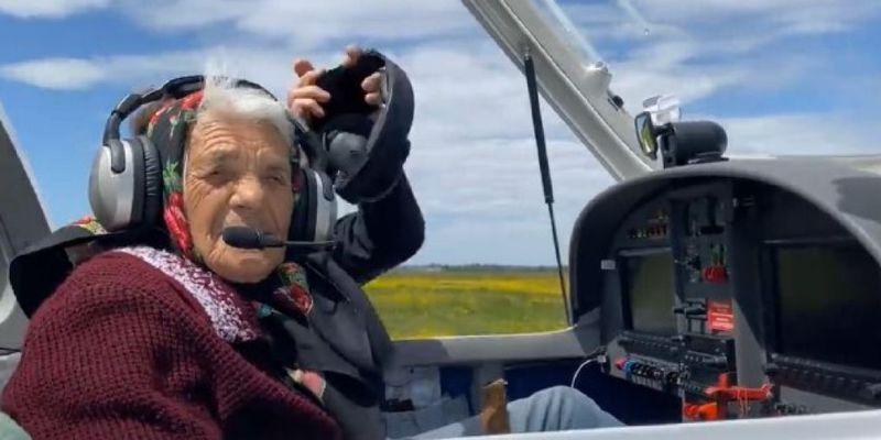 90-річна закарпатка, що дрифтувала на кабріолеті та рулила бензовозом, тепер у польоті покерувала літаком (відео)
